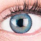 Das Produktfoto zeigt unsere Farbige Blaue Kontaktlinse Mirel Blue in einem echten Auge