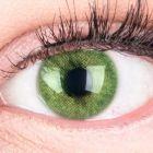 Das Produktfoto zeigt unsere Farbige Gruene Kontaktlinse Jasmin Green in einem echten Auge