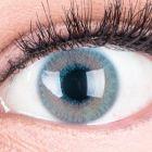 Das Produktfoto zeigt unsere Farbige Blaue Kontaktlinse Grace Blue in einem echten Auge