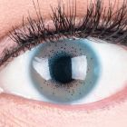 Das Produktfoto zeigt unsere Farbige Blaue Kontaktlinse Lacey Blue in einem echten Auge