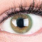 Das Produktfoto zeigt unsere Farbige Gruene Kontaktlinse Lacey Green in einem echten Auge