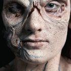 """Das Bild zeigt die Halloween Wunden """"Pestbeulen"""" Applikation fertig geschminkt seitlich"""