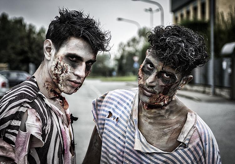 Unser Geheimtip für ein Halloween Zombie Kostüm: Zerissene Kleidung