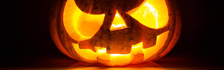 Halloween Masken und Make Up, sowie Vampirzähne und Kunstblut