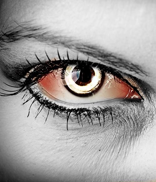 Weiße Farbige Fun Kontaktlinse Lunatic in einem Auge