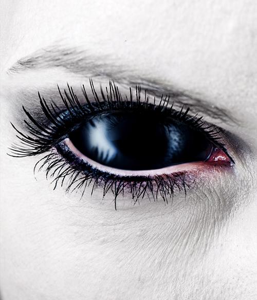Black Sclera Kontaktlinse in einem Auge